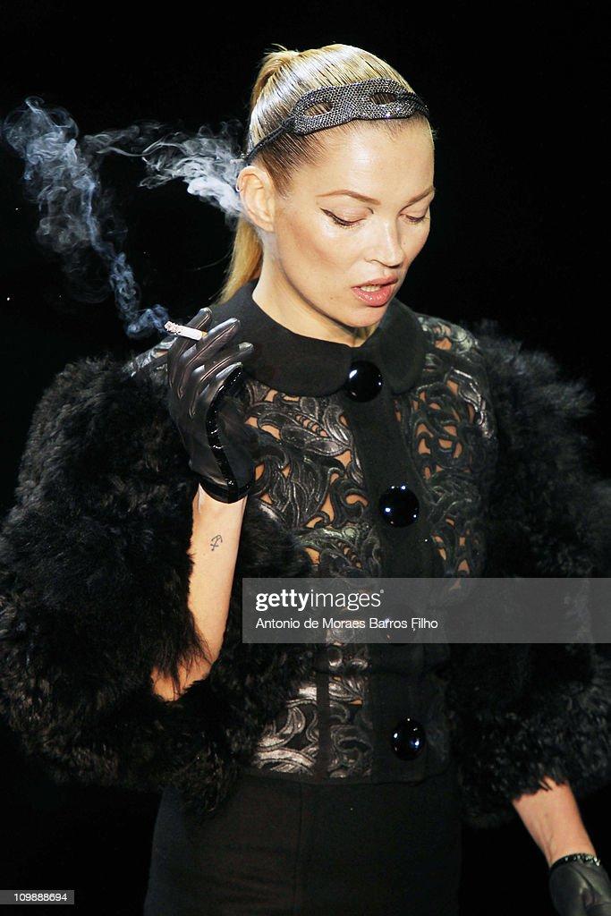Louis Vuitton: Runway - Paris Fashion Week Fall/Winter 2012 : News Photo