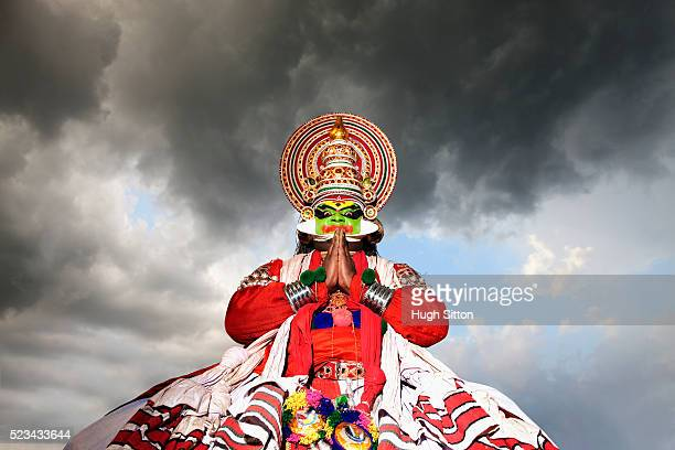 kathakali dancer performing - hugh sitton india stock pictures, royalty-free photos & images