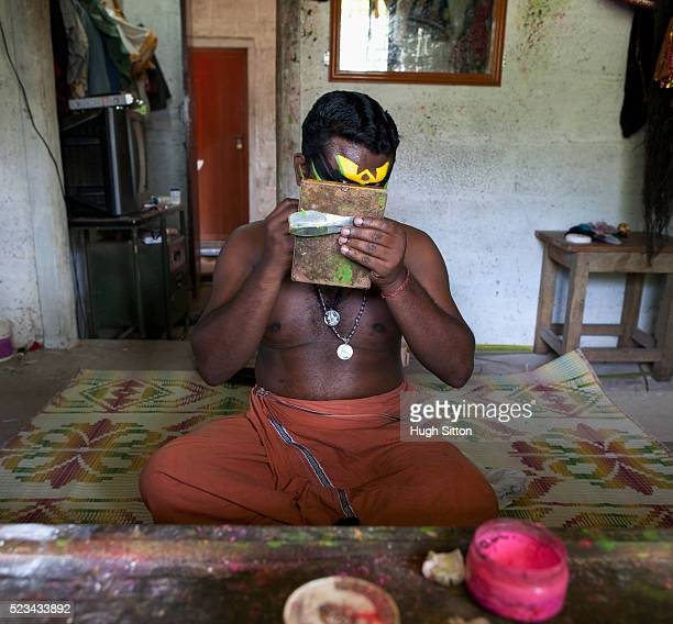kathakali dancer preparing, kerala, south india, india - hugh sitton stock-fotos und bilder