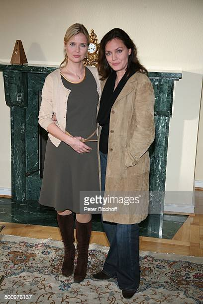Katharina Böhm Maja Maranow ZDFKriminalfilm Es gibt kein Morgen mehr Bonn Deutschland PNr 1515/2006 Krimi Film lächeln Ganzkörper Schauspielerin...