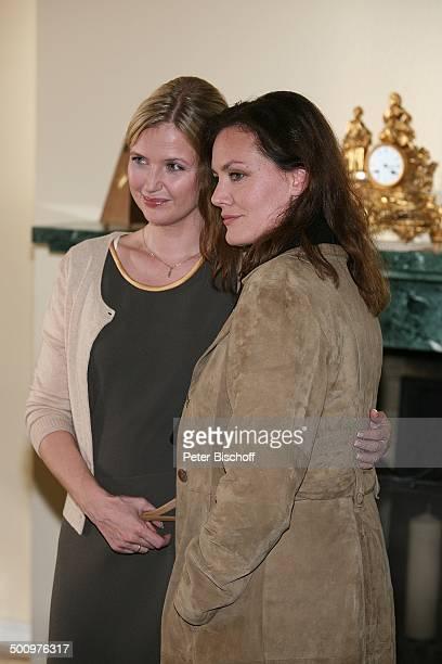 Katharina Böhm Maja Maranow ZDFKriminalfilm Es gibt kein Morgen mehr Bonn Deutschland PNr 1515/2006 Krimi Film Profil umarmen Schauspielerin Promi NB...