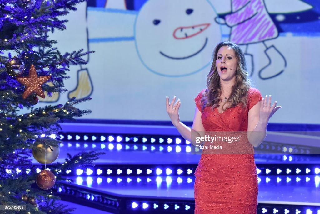 Top Weihnachtslieder 2019.Katharina Herz Performs During The Stefanie Hertel Show Die Grosse