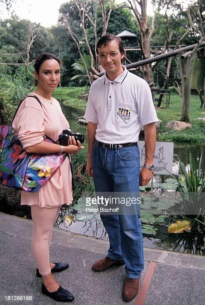 Katharina Jacob Michael Roll PRO 7 Serie Glückliche Reise Folge 3 Singapur/ Borneo Singapur/ Asien Zoo Teich Tasche Fotoapparat Brille Schauspieler...