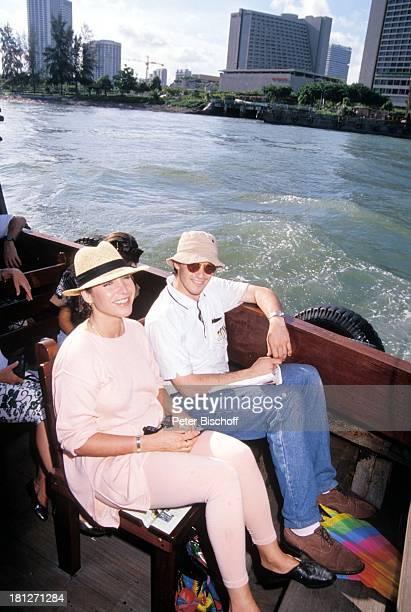 Katharina Jacob Michael Roll PRO 7 Serie Glückliche Reise Folge 3 Singapur/ Borneo Singapur/ Asien Panorama SingapurCity Fluss Boot Hut Sonnenbrille...