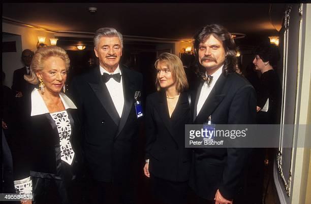 """Katharina von Ferenczy und Ehemann Josef von Ferenczy sowie Eva Mandoki und Ehemann Leslie Mandoki am bei Verleihung """"Goldene Europa 1994"""" in..."""