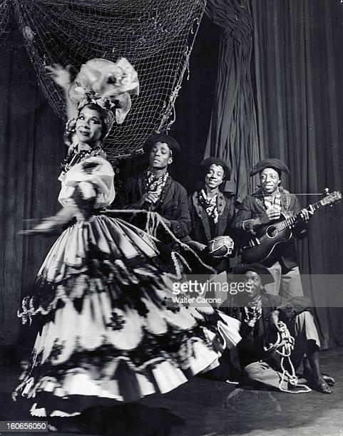 Katherine Dunham In His Tropical Revue France Paris au théâtre des Champs Elysées la danseuse chorégraphe parolière et actrice afroaméricaine...