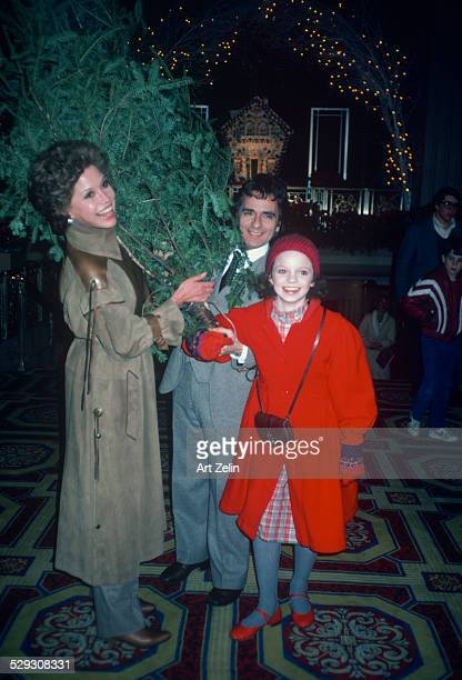 Katherine Healy Dudley Moore and Mary Tyler Moore at the Waldorf Hotel They were all in Six Weeks circa 1970 New York