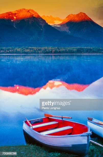 kathlyn lake and hudson bay mountain & kathlyn glacier in the sunset light, near smithers,  british columbia, canada - britisch kolumbien stock-fotos und bilder