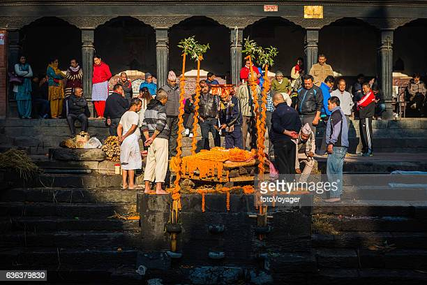 kathmandu mourners at funeral pyre ghat pashupatinath temple nepal - hinduism bildbanksfoton och bilder