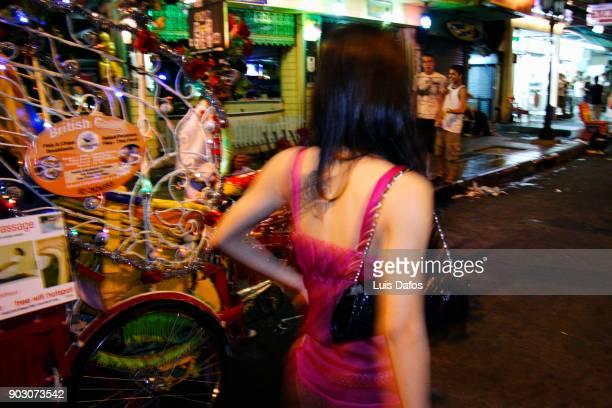 kathoey at khao san road - kathoey fotografías e imágenes de stock