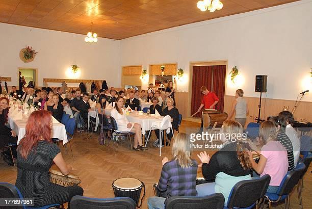 Kathrein Emmerlich Schwägerin Ursula Böhme davor Tochter Karoline Simang neben Sarah Hoep HochzeitsGäste PercussionGruppe Djembers Hochzeitsfeier...
