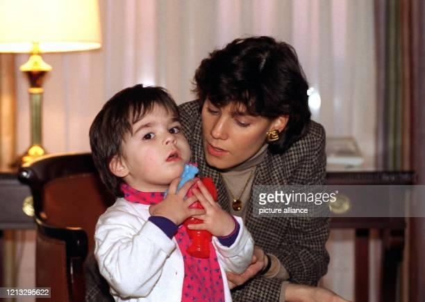 Kathy Benvin, Lebensgefährtin der Hollywood-Legende Anthony Quinn, spielt am 23.2.1996 in der Hotel-Suite in Hamburg mit ihrer zweieinhalb Jahre...