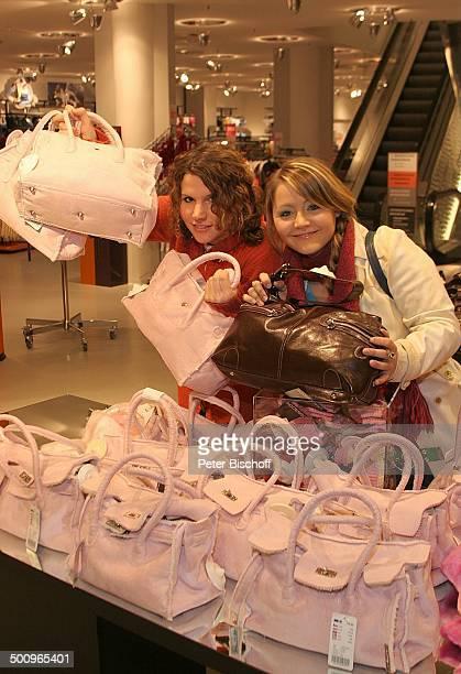 Kati , eLa beim Weihnachts-Shopping, , Köln, Kaufhaus, Handtasche, Tasche, Kaufhaus, Rolltreppe, Sängerin, Pop, Musik Promi, P.-Nr.: 1442/04, AB;...