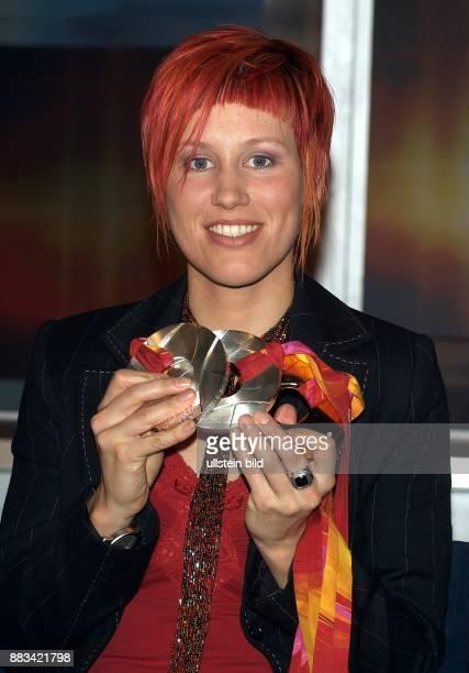 Kati Wilhelm Sportlerin Biathlon D Porträt mit ihrer Gold und Silbermedaille von den Olympischen Spielen Turin 2006