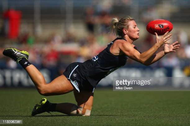 Katie Loynes of the Blues attempts to mark the ball during the AFLW Preliminary Final match between the Carlton Blues and the Fremantle Dockers at...