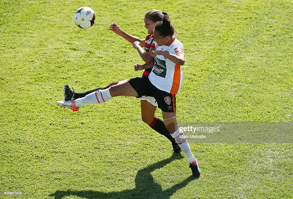 Katie Stengel of the Wanderers and Summer O'Brien of the Roar compete for the ball during the round four W-League match between the Western Sydney Wanderers and the Brisbane Roar at Marconi Stadium on November 26, 2016 in Sydney, Australia.