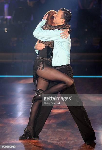 Katja Ebstein Partner Oliver Seefeldt 2 Show der 2 Staffel RTLTanzshow Let's Dance 2 Köln NordrheinWestfalen Deutschland Europa tanzenTrikot Sport...