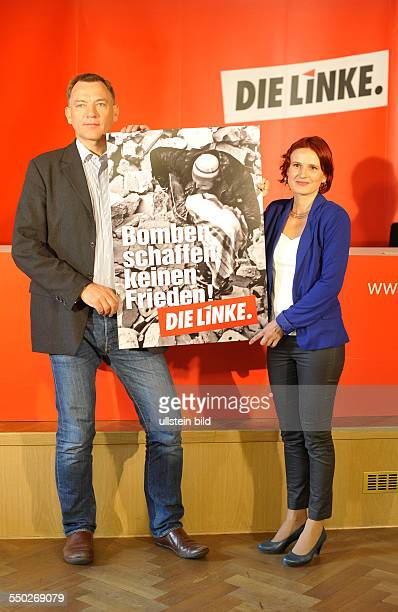 Katja Kipping und Jan van Aken stellen gemeinsam am Rande einer Pressekonferenz zum Syrien-Konflikt in Berlin ein Wahlplakt zur bevorstehenden...