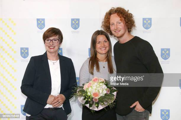 Katja OldenburgSchmidt mayor of Buxtehude welcomes Michael Schulte and his pregnant Katharina Mayer girlfriend in his hometown for a enty in the...