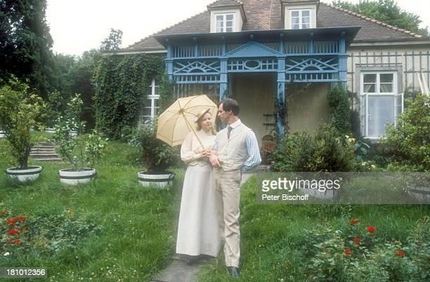 Katja Riemann Benedict Freitag ZDFSerie Sommer in Lesmona Bremen Schauspielerin Schauspieler Schirm Sonnenschirm Kostüm Garten Promis Prominente...