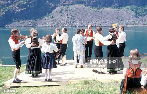 Katja Woywood Patrick Bach Norwegische Hochzeitsgesellschaft Hochzeitsfeier ZDFReihe Traumschiff Folge 19 Norwegen Voss bei Vik/Norwegen/Skandinavien...