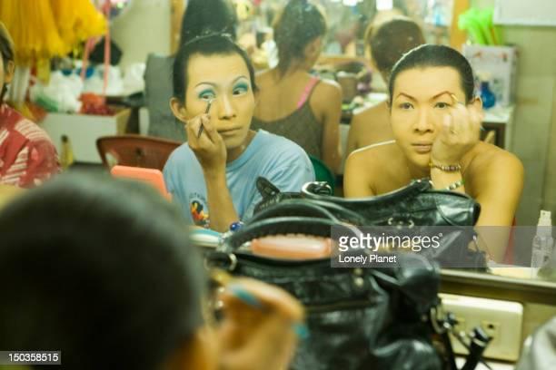 katoey 'show girls' putting on make-up at mambo cabaret, th sukhumvit. - kathoey fotografías e imágenes de stock
