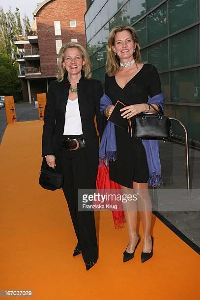 Katrin Aust Und Ihre Schwester Vicky RickmersHinrichs Bei Der Verleihung Des Prix Veuve Clicquot Die Unternehmerin Des Jahres 2006 In Den Brise...