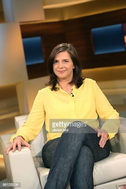Katrin GöringEckardt in der ARDTalkshow ANNE WILL am in Berlin Thema der Sendung Vertrauen ist gut Spionieren ist besser Geht so deutschamerikanische...