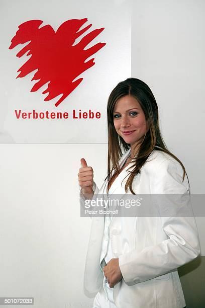 Katrin Hess ARDDailySoap Verbotene Liebe Köln NordrheinWestfalen Deutschland Europa Backstage Logo lächeln zeigen Schauspielerin Promi NB E PNr...