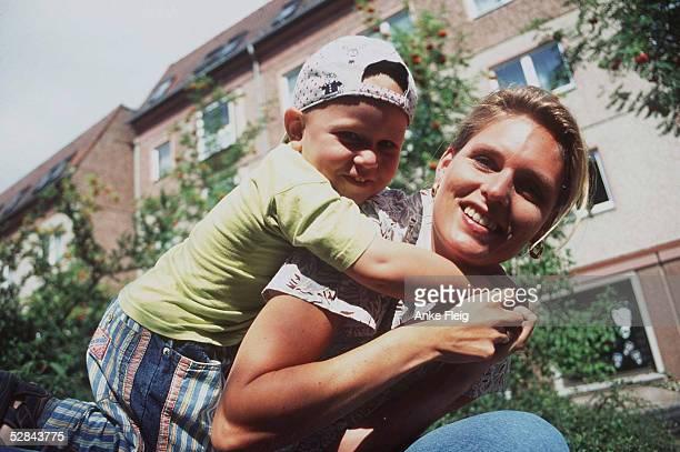 LEICHTATHLETIK NEUBRANDENBURG 31797 Katrin KRABBE mit Sohn Bruno