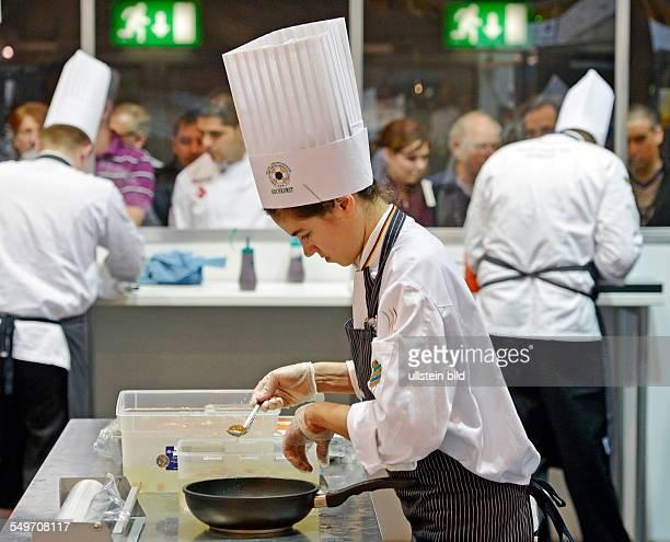 Katrin Vetter von der deutschen Nationalmannschaft kocht in Erfurt auf der Messe waehrend der Internationale Kochkunstausstellung Olympiade der...