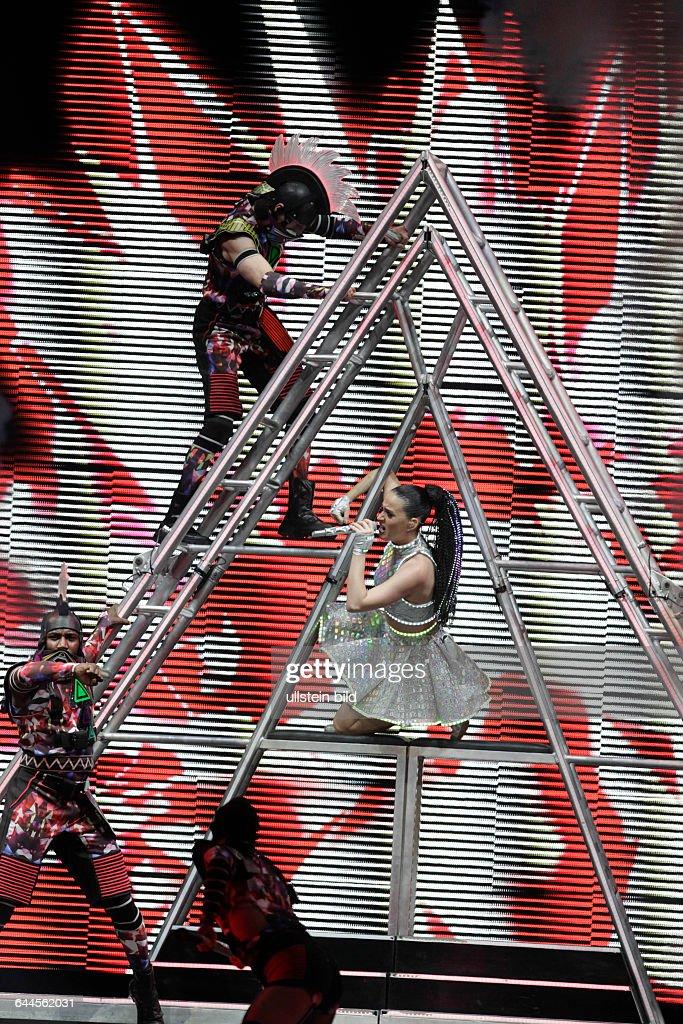 """Amerikanische Sängerin und Songwriterin Katy Perry gastiert auf ihrer """"Prismatic""""-World Tour in der Lanxess-Arena Köln : News Photo"""