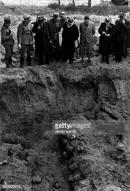 2WW Katyn massacre spring 1940 exhumation of corpses by a german guided investigation commission Delgates from 12 different european countries...