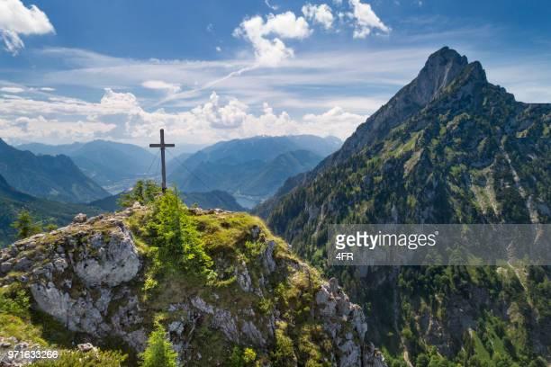 katzenstein gipfelkreuz gipfelkreuz mit see traunsee, österreich, alpen - kreuz stock-fotos und bilder