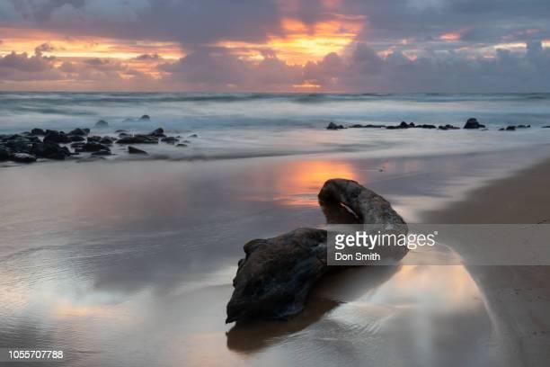 kauai west shore sunrise - don smith stockfoto's en -beelden