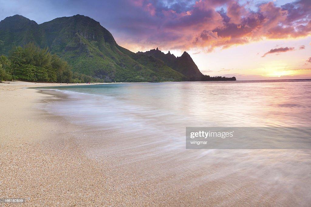 カウアイ島-トンネルハワイのビーチの夕暮れ : ストックフォト