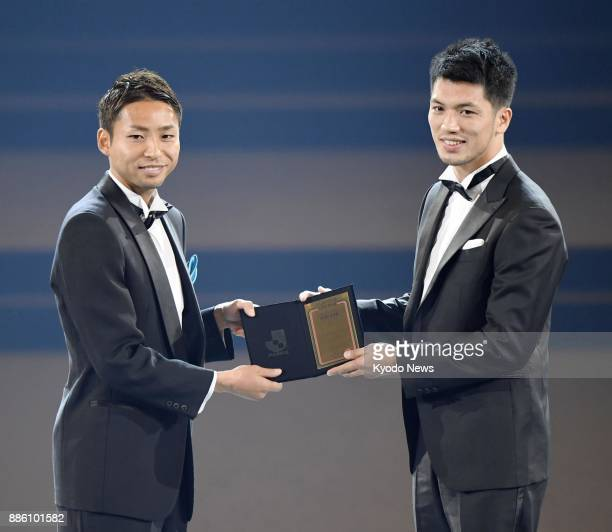 Kawasaki Frontale striker Yu Kobayashi receives the JLeague Player of the Year Award from WBA middleweight boxing champion Ryota Murata on Dec 5 at...