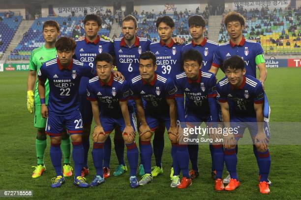 Kawasaki Frontale team pose during the AFC Champions League Group G match between Suwon Samsung Bluewings and Kawasaki Frontale at Suwon World Cup...