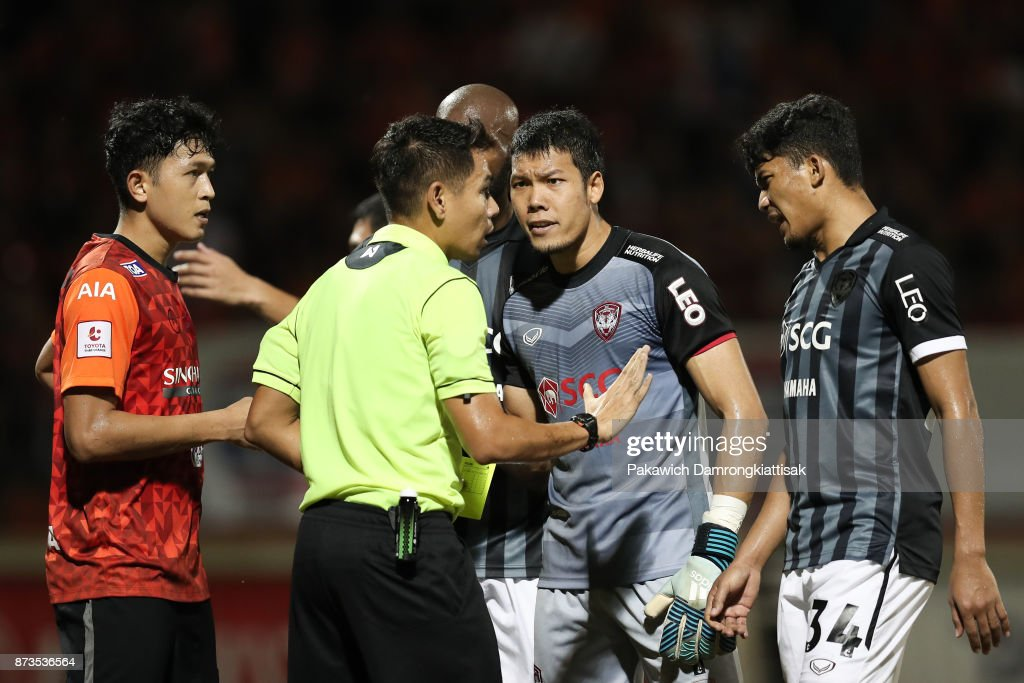 Kawin Thamsatchanan #1 of SCG Muangthong United (2nd from L) argue with referee during a Thai League 1 match between Chiangrai United and SCG Muangthong United at Singha Stadium on November 12, 2017 in Chiang Rai, Thailand.