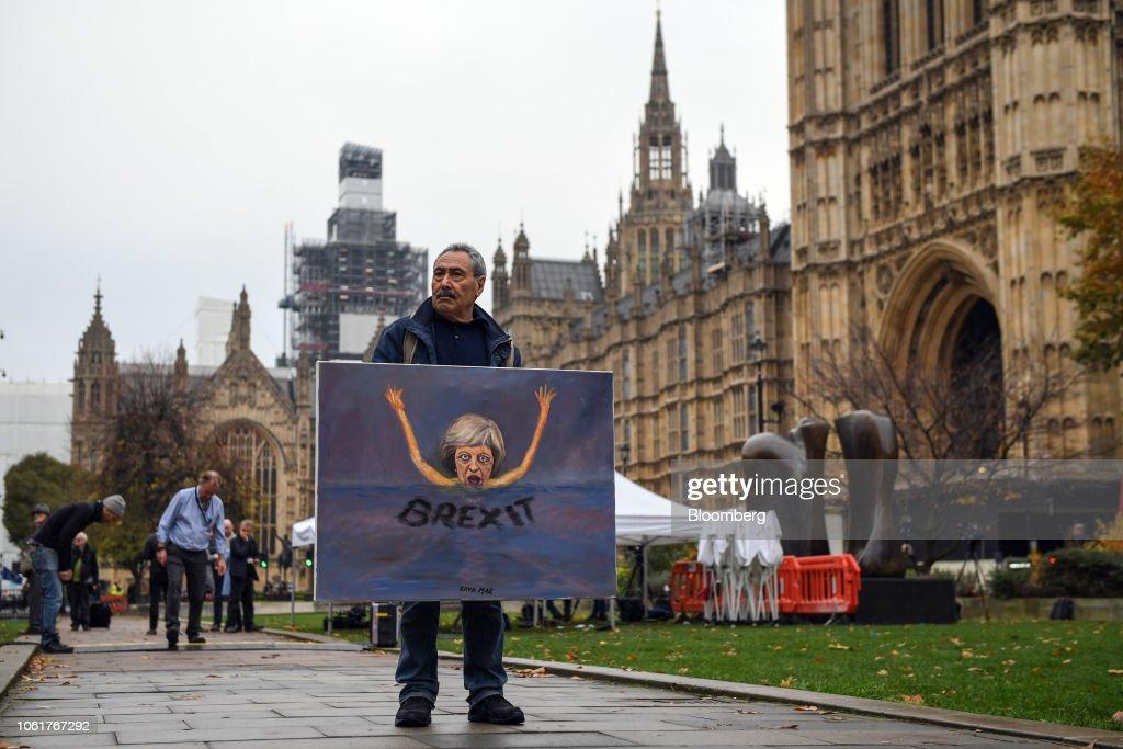 May's Brexit Plan Thrown Into Crisis Following U.K. Brexit Secretary Resignation : News Photo