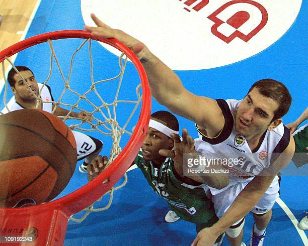 Kaya Peker #14 of Fenerbahce Ulker Istanbul competes with Travis Watson #35 of Zalgiris Kaunas in action during the 20102011 Turkish Airlines...