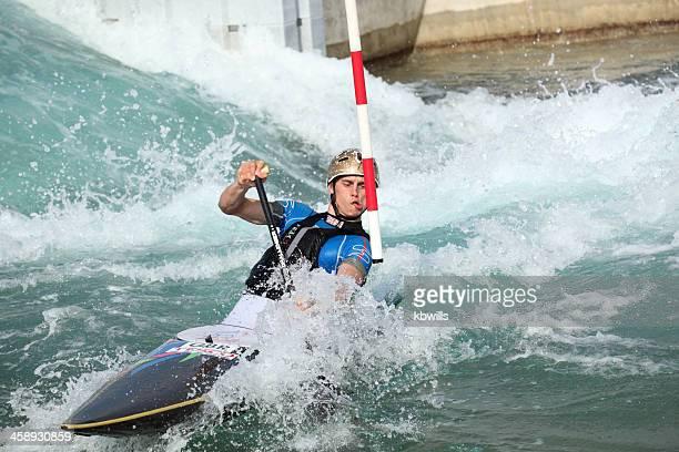 caiaque e canoísta navega corredeiras na pista de esqui - jogos olímpicos - fotografias e filmes do acervo