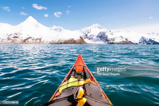 kayak in kenai fjords national park, alaska - paisajes de alaska fotografías e imágenes de stock