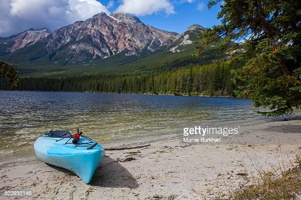 kayak on beach by lake - public domain imagens e fotografias de stock