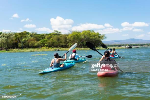 paseo en kayak en lago nicaraguas islotes grupo cerca de granada, nicaragua - paisajes de isla de  granada fotografías e imágenes de stock