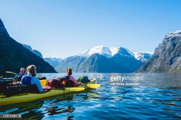 kajaktocht in nærøyfjorden, noorwegen - noord stockfoto's en -beelden