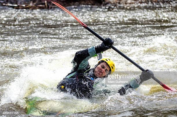 piragüista apoyarse en una fase - río swift fotografías e imágenes de stock
