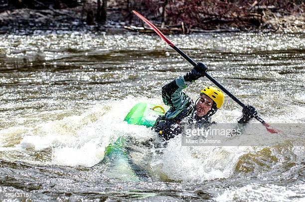 piragüista apoyarse en una ola (2) - río swift fotografías e imágenes de stock