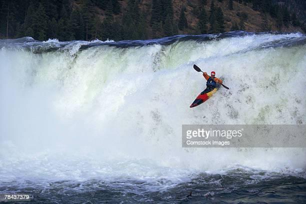 kayaker - stroomversnelling stockfoto's en -beelden