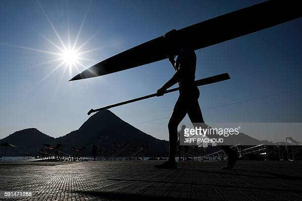 A kayaker prepares for a training session at the Lagoa stadium during the Rio 2016 Olympic Games in Rio de Janeiro on August 17 2016 / AFP / JEFF...